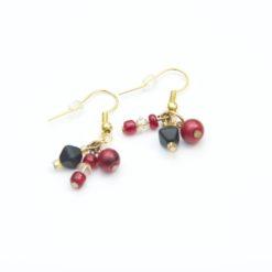 Ohrringe mit roten, schwarzen und goldenen Perlen