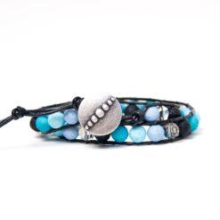 Wickelarmband aus Leder mit blauen und türkisen Polarisperlen