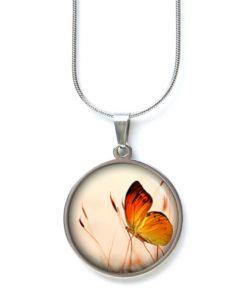 Edelstahl Kette mit Schmetterling auf der Wiese
