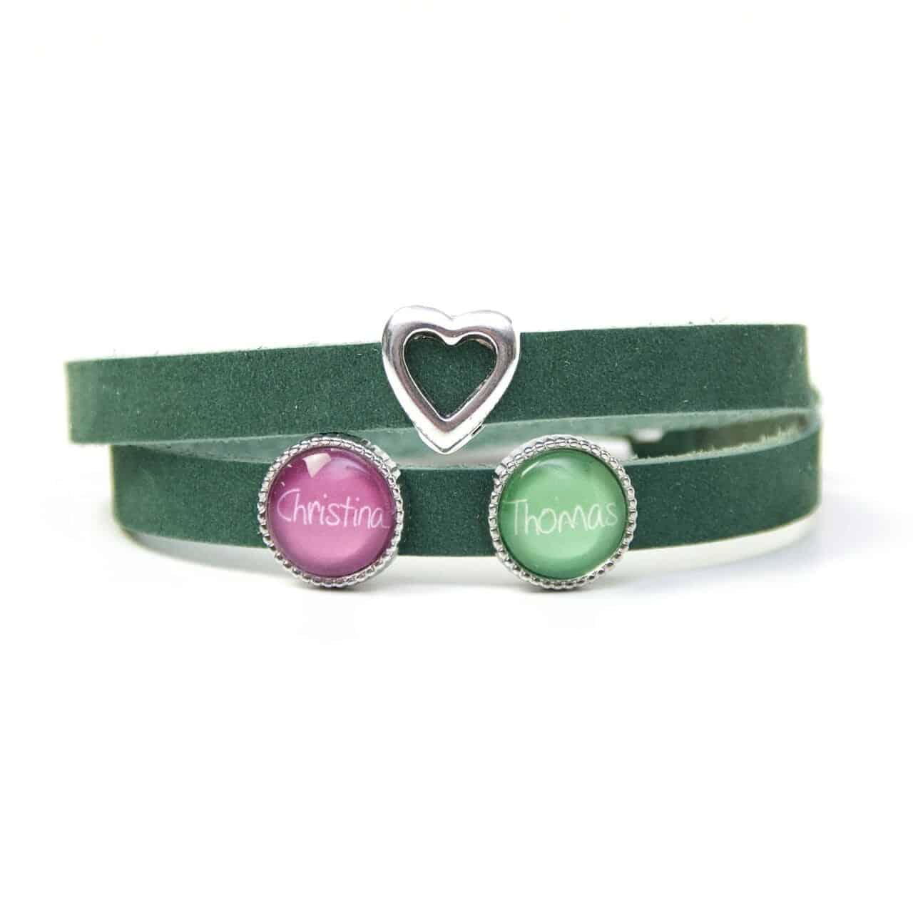 Grünes Lederarmband mit 2 Schiebeperlen und Herz - Wunschtext - Farbwahl