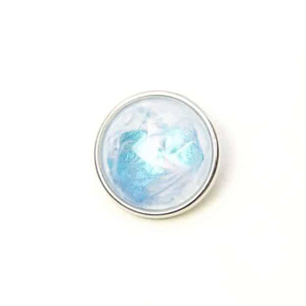 Druckknopf handbemalt in hellblau weiß schimmernd
