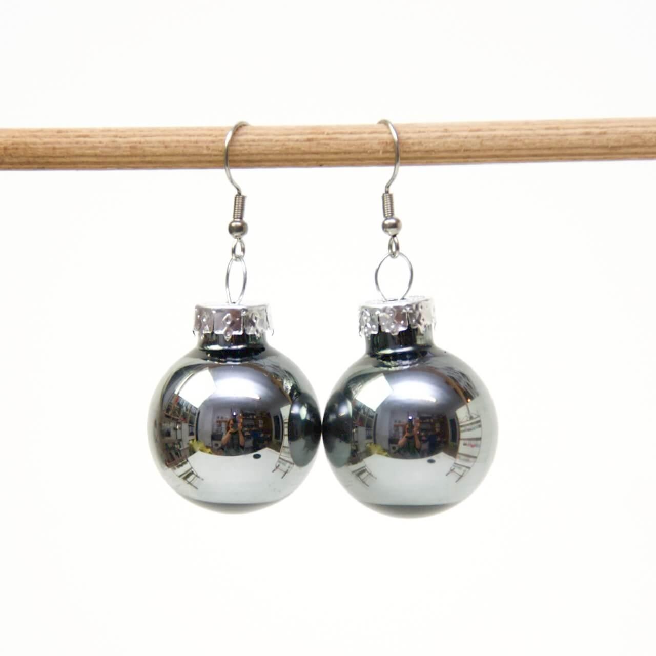 Weihnachtliche Christbaumkugel Ohrhänger Dunkelgrau - Edelstahl
