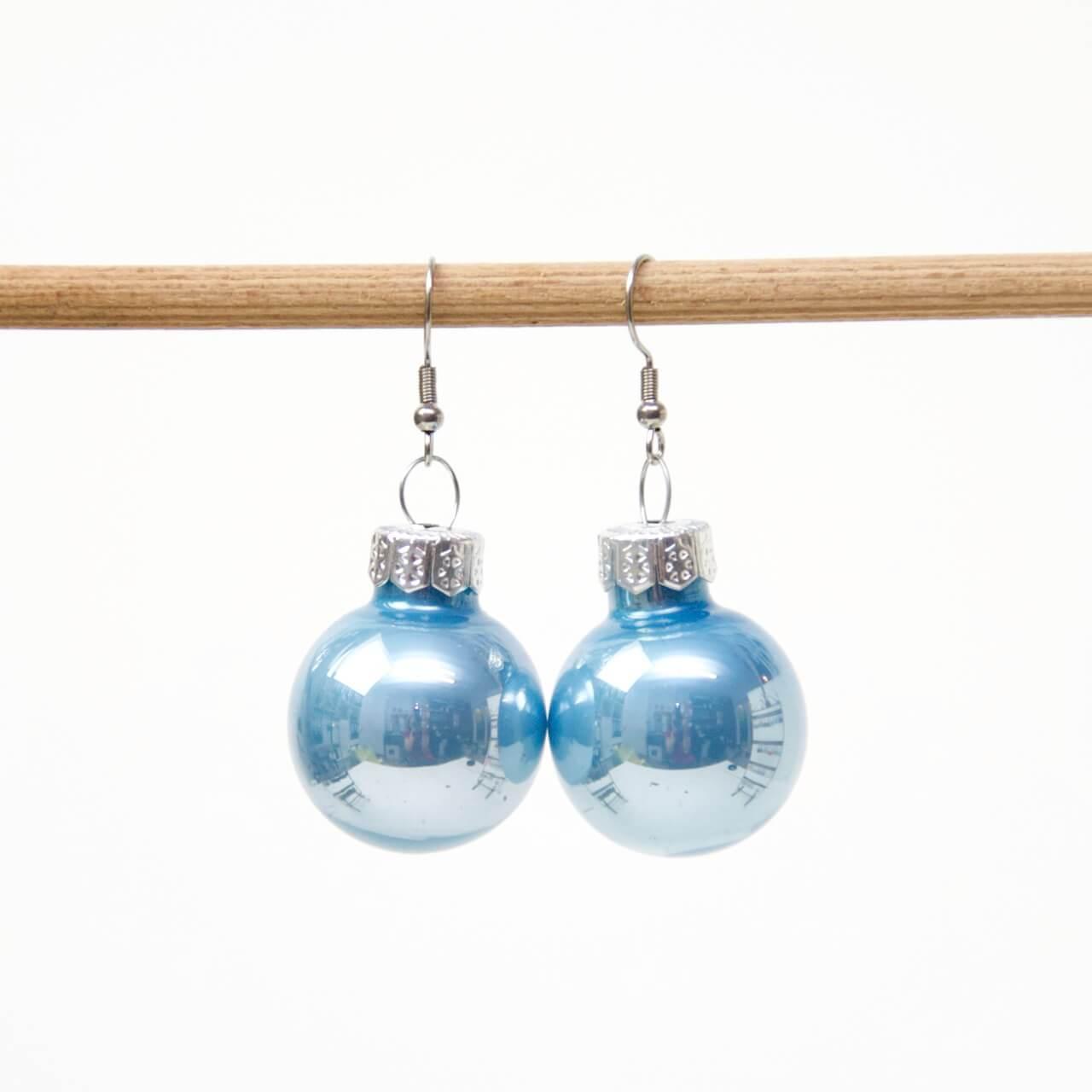Weihnachtliche Christbaumkugel Ohrhänger Hellblau - Edelstahl