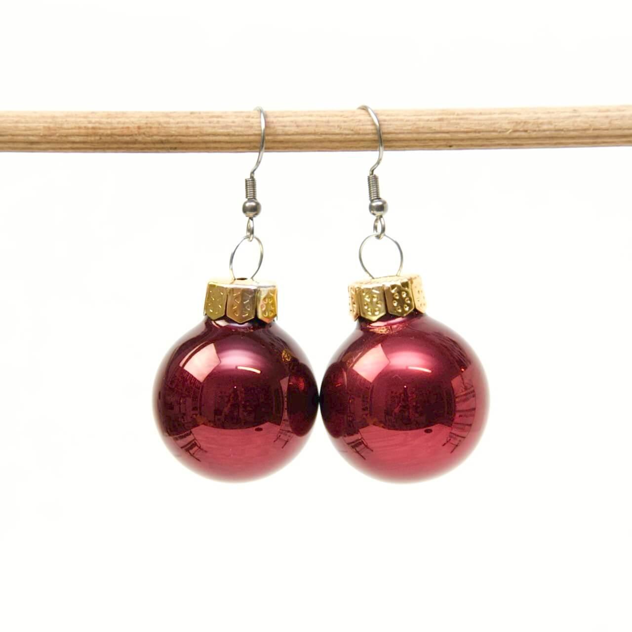 Weihnachtliche Christbaumkugel Ohrhänger Bordeauxrot - Edelstahl