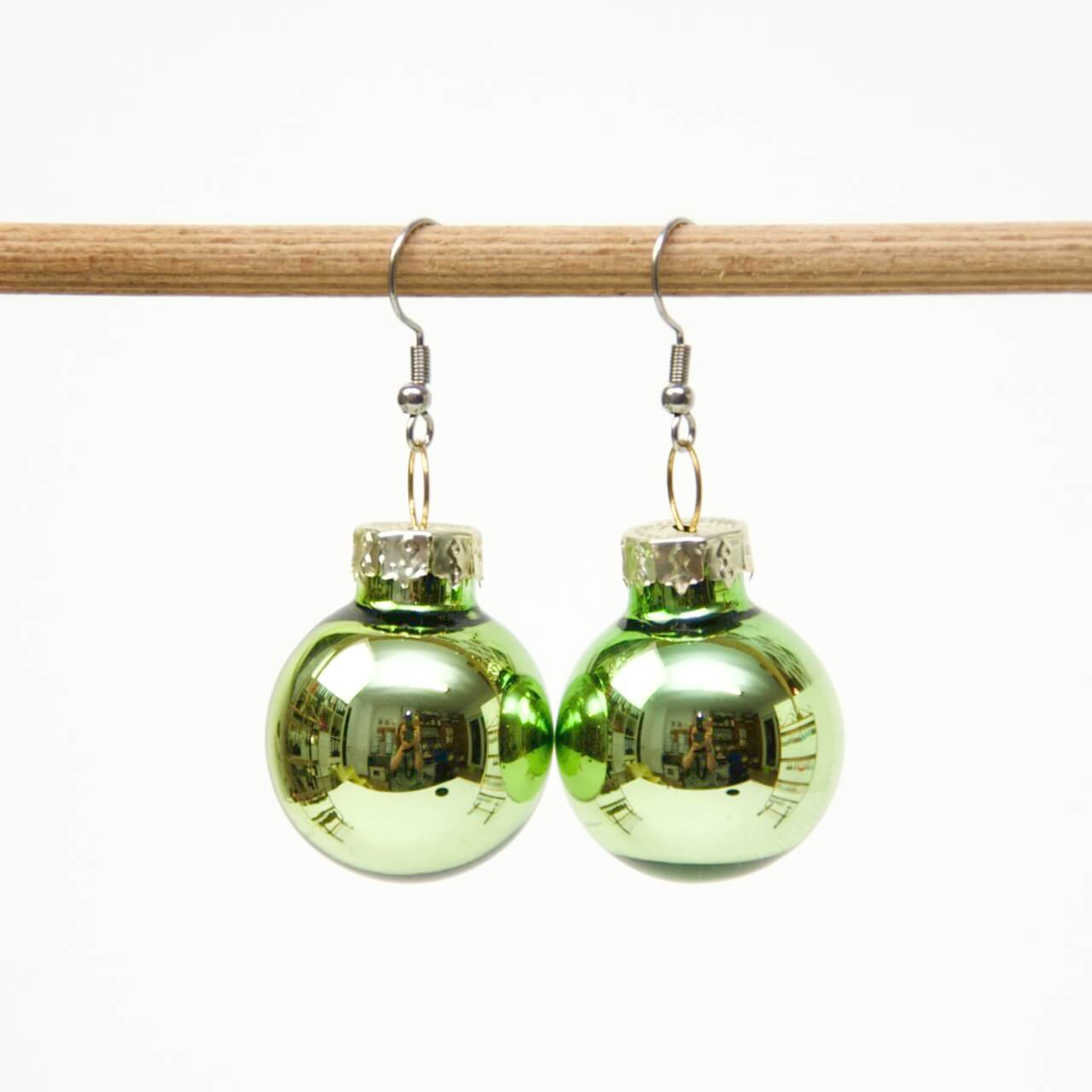 Weihnachtliche Christbaumkugel Ohrhänger Hellgrün - Edelstahl