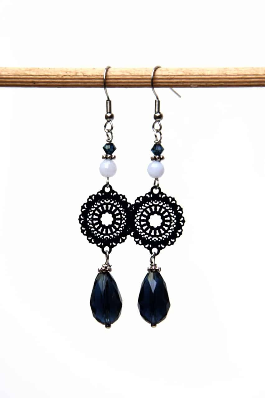 Lange dunkelblaue Boho Ohrringe mit einem Glastropfen