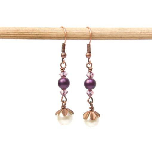 Zarte Perlenohrringe in Kupfer mit violetten und creme farbenen Perlen