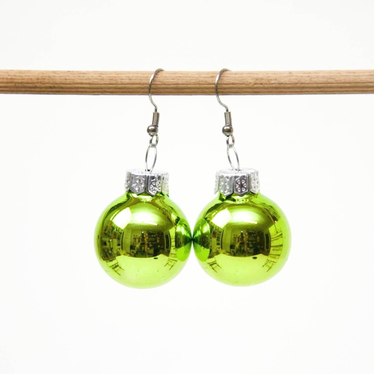Weihnachtliche Christbaumkugel Ohrhänger grün - Edelstahl