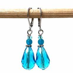 Edelstahl tropfen Ohrringe mit hellblauer Glasschliffperle im Vintage Stil
