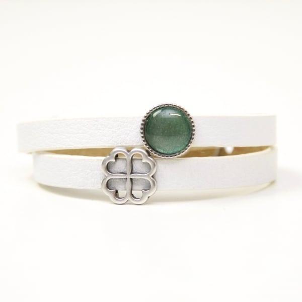 Wickelarmband aus Leder in weiß mit Kleeblatt und grüner Schiebeperle