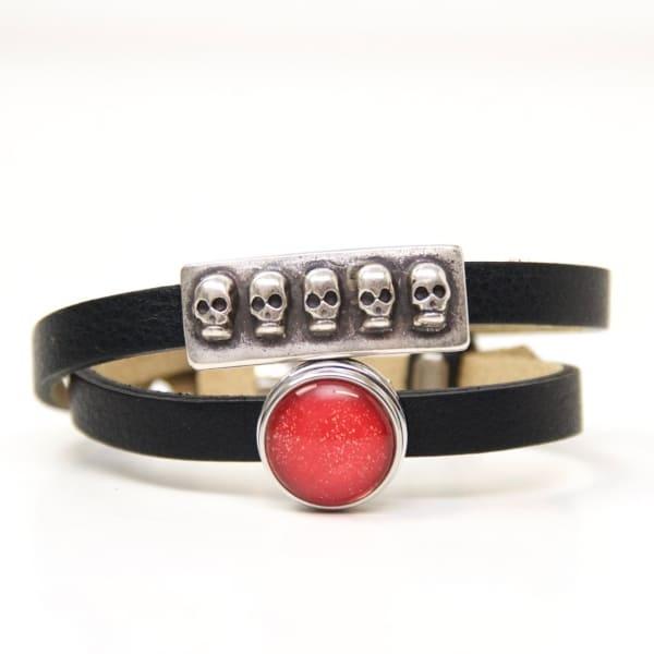 Wickelarmband aus Leder in schwarz mit 3D Totenkopf Schiebeperle und rotem Druckknopf