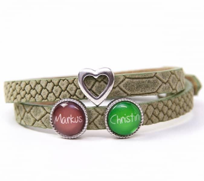 Grünes Lederarmband mit 2 Wunsch Namen und Herz - Farbwahl