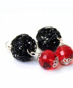 Verspielte Ohrhänger in rot und schwarz