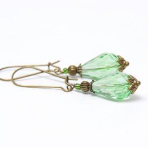 Bronzene tropfen Ohrringe mit hellgrüner Glasschliffperle