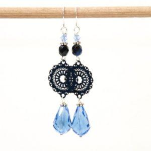 Lange blaue Boho Ohrringe mit einem Glastropfen