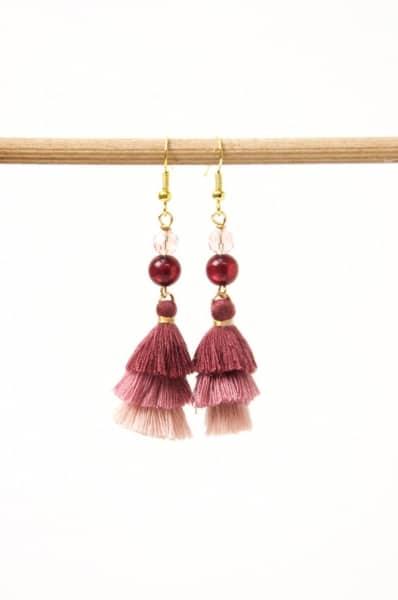 Lange Quasten Ohrringe in aubergine und rosa
