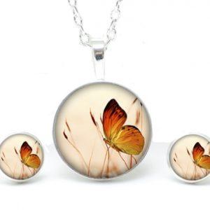 Set Kette mit Ohrringen Schmetterling auf der Wiese