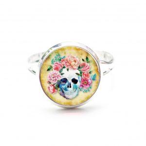 Zarter Ring Totenkopf mit Blumen Frühling Gelb