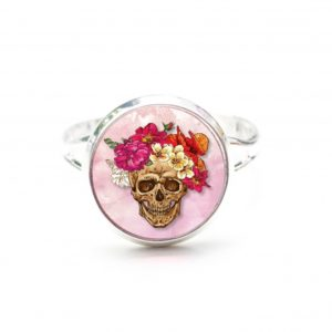 Zarter Ring Totenkopf mit Blumen Frühling Rosa und Rot