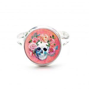 Zarter Ring Totenkopf mit Blumen Frühling Rosarot