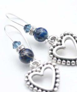 Zarte Herzchen Ohrhänger mit blauem Edelstein