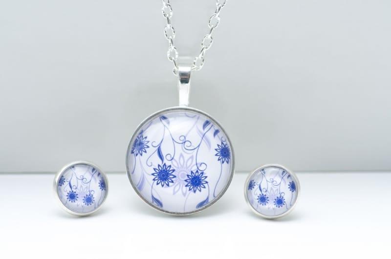 Schmuckset mit zart blauen Blumen