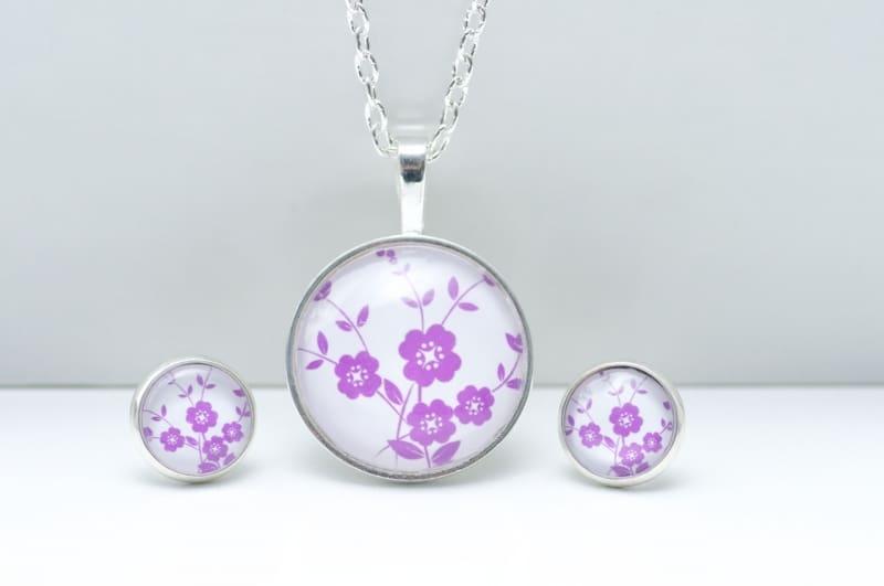 Schmuckset mit zart violetten Blumen