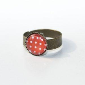 Zarter bronzener Ring in Rot mit weißen Tupfen
