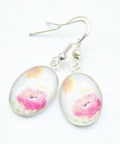 Zarte Ohrhänger mit sommerlichen rosa Blumenmotiv