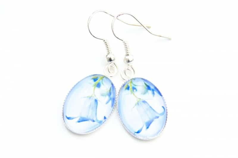 Zarte Ohrhänger mit einer hellblauen Glockenblume